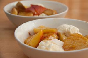Vaniljajäätelö ja karamellisoidut hedelmät